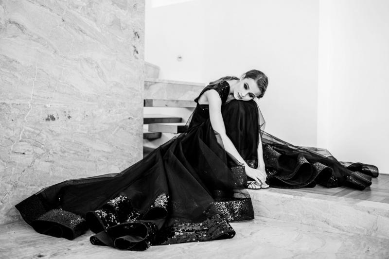 Modelka v černých šatech