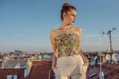 Modelka na střeše